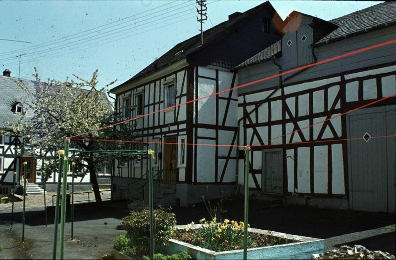 """Ein altes Burbacher Bauernhaus in der """"Schnoorbartseck"""". Aus der ´duftenden Mistgrube´ wurde ein duftendes Blumenbeet."""