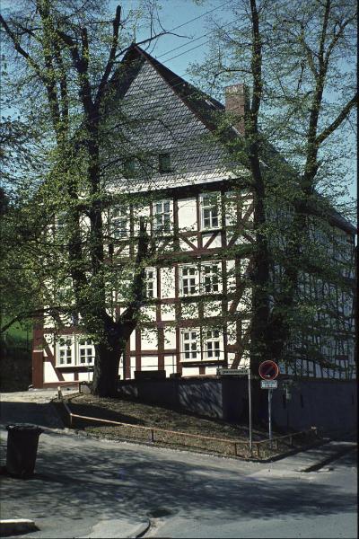 """Die `Alte Vogtei`. 400 Jahre alt ist die alte Vogtei Burbach. Sie überlebte Brandkatastrophen und Kriegszüge. Sie ist eines der wenigen in unserem Raum erhaltenen dreistöckigen Fachwerkhäuser. Jahrhunderte hindurch war sie Mittelpunkt der Verwaltung und der Gerichtsbarkeit. Hier residierten nassauische Vögte und preußische Amtmänner. Nach großzügigen Renovierungsarbeiten konnte im Mai 1982 eine Keramikstube, das Märchentheater """"Batek und Batek"""", eine Gemäldegalerie und die Gemeindebücherei die alten Räume mit neuem Leben füllen."""