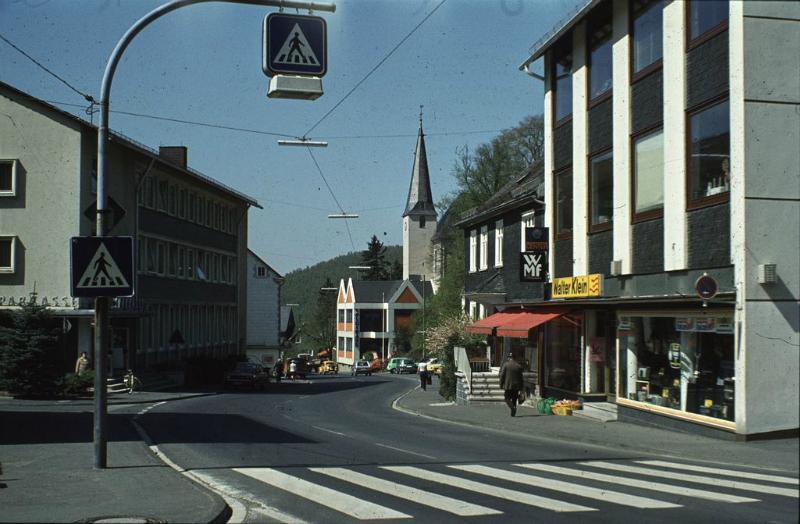 Sparkasse und Volksbank. Vorn rechts ein großes Elektrogeschäft.