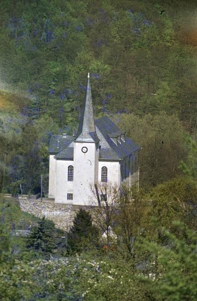 Die evangelische Kirche. Sie liegt auf einer kleinen Erhebung mitten im alten Ortskern von Burbach. Sie war ursprünglich eine Wehrkirche.