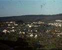 """Teilansicht des Ortes Burbah von Wahlbach aus aufgenommen. Im Hintergrund """"Die Höhe"""", die Burbah in den Freien Grund und den Hickengrund trennt."""