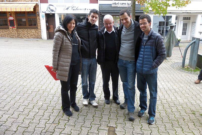 Familie Naveh vor den Stolpersteinen in der Alten Poststraße