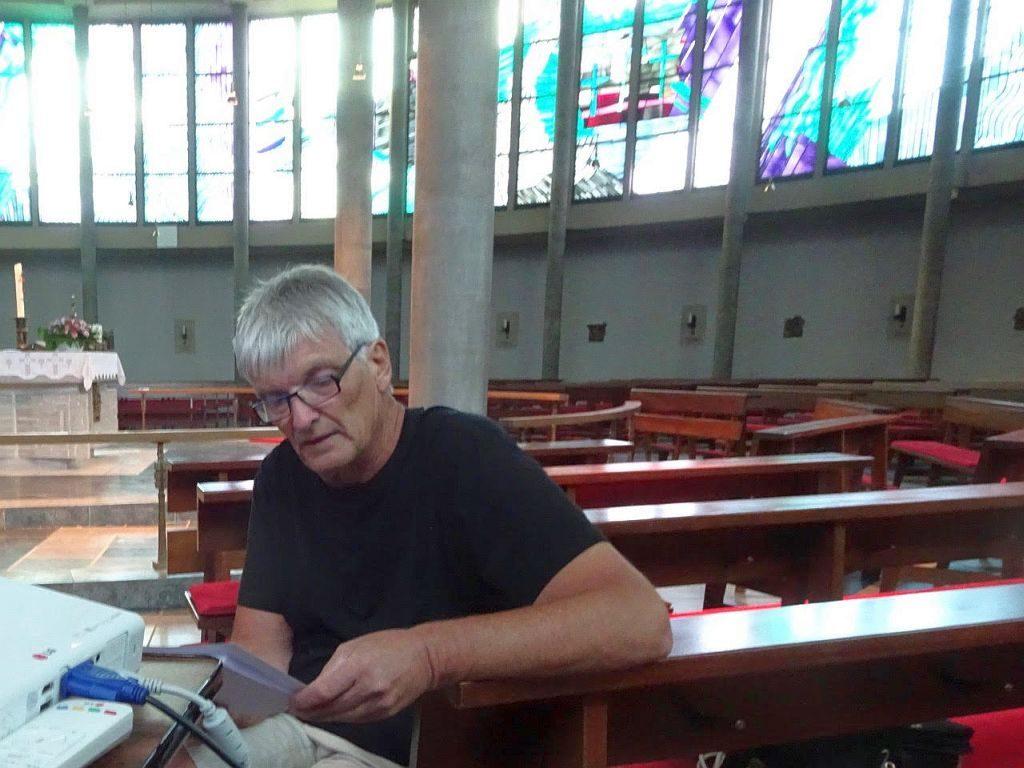 Gottfried Theis bei der Vorbereitung in der St. Marien Kirche Freudenberg (Foto Bernd Brandemann)